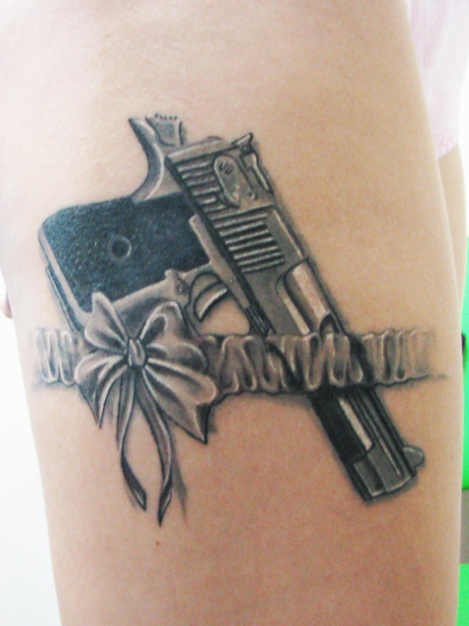 Тату револьвер у девушек фото